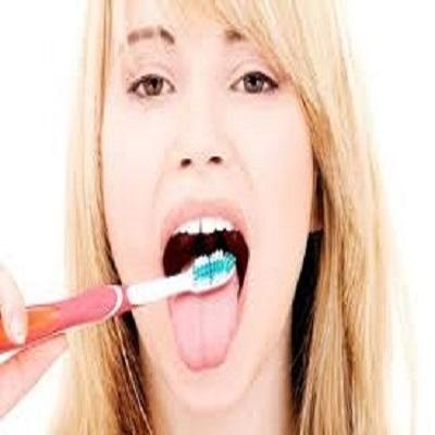 Por que é importante escovar a língua diariamente?