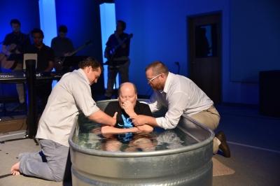 Homem é curado durante o batismo