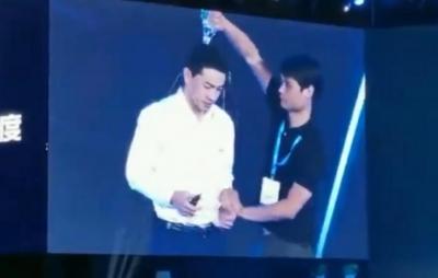 CEO da Baidu é encharcado por estranho durante apresentação