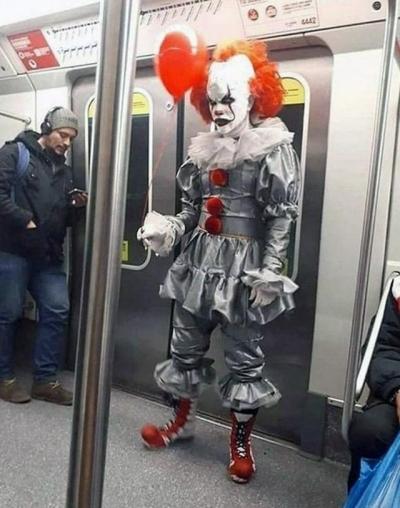 20 pessoas que tiveram coragem de usar essa roupa no metrô