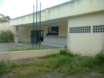 Escola municipal cheia de mato e lixo