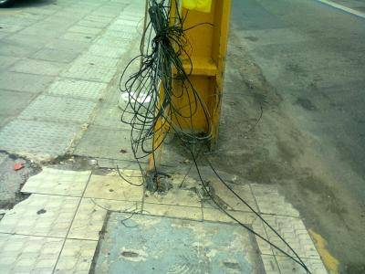 Poste com sua base cheio de fios expostos
