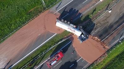 Caminhão tomba e espalha 12 toneladas de chocolate na estrada