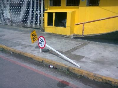 Placa de trânsito x vandalismo