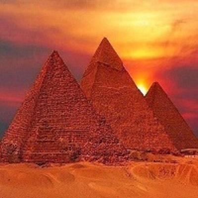 Homem tira foto transando no topo das piramides do egito