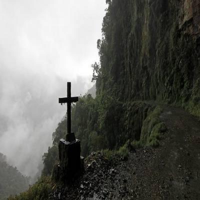 Na Bolívia, turistas descem de bicicleta a assustadora Estrada da Morte
