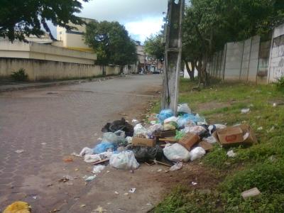 Lixo a poucos metros de Escola Municipal