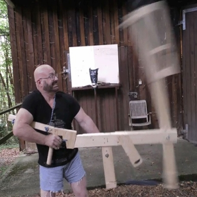 Homem constrói catapulta portátil para lançar lâminas