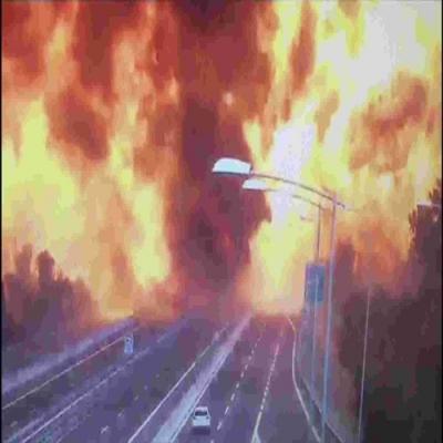 Momento exato da explosão de caminhão tanque na Itália