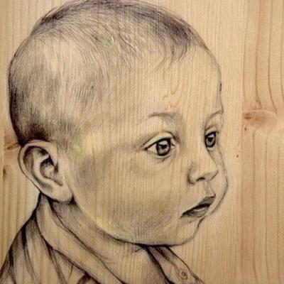 As incríveis pinturas realistas com caneta em madeira reciclada