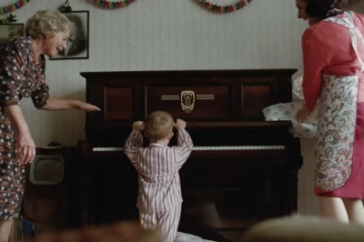 Elton John estrela belo anúncio de Natal