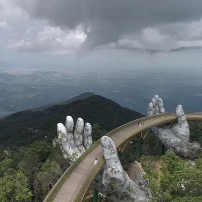 A incrível ponte sustentada por mãos gigantes