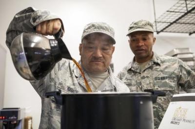 Como soldados fazem um cafezinho no meio da guerra