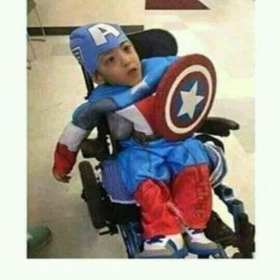 Esse não sabe se brinca de Capitão América ou de Professor Xavier