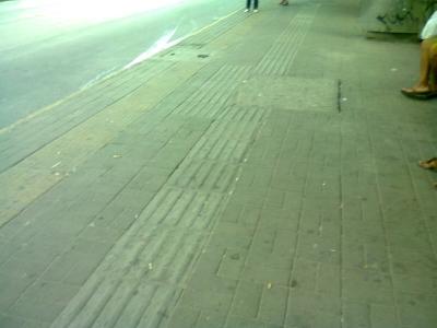 Cachorro e seu dono foram retirados da calçada (Antes e Depois)