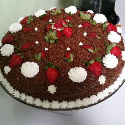 Bolo de chocolate com cobertura de morango