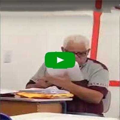 O professor corrigindo a prova com as teorias que eu inventei