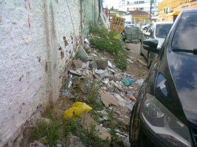 Muito lixo na calçada