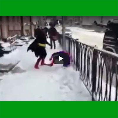 Homem-Aranha levando uma surra do Batman e sendo salvo pelo Papai Noel