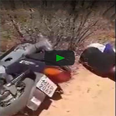 Nunca irrite o piloto da moto quando você estiver na garupa