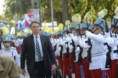 Ex-aluna do Colégio Militar cobra Bolsonaro sobre cortes do MEC