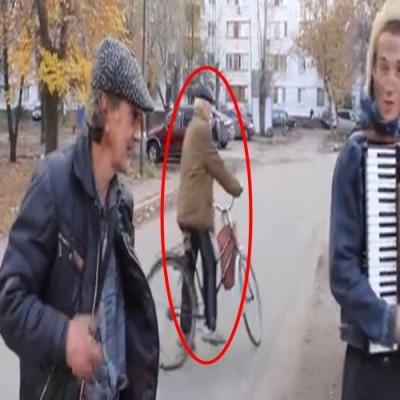 Homem de bicicleta aparece do nada na Rússia.Você pode explicar isso?