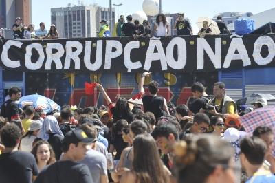 Para 77% dos brasileiros, violência e corrupção afetam a educação no país