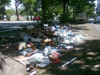 Lixo na beira do canal