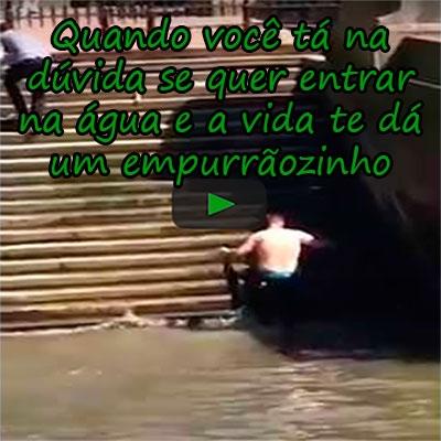 Quando você tá na dúvida se quer entrar na água e a vida te dá um empurrãozinho