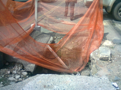 Buraco profundo em cima da calçada