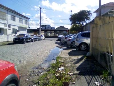 Carros tomando espaço dos pedestres
