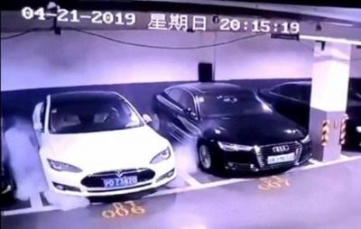 Câmeras de segurança gravam o momento em que um Tesla explode no estacionamento.