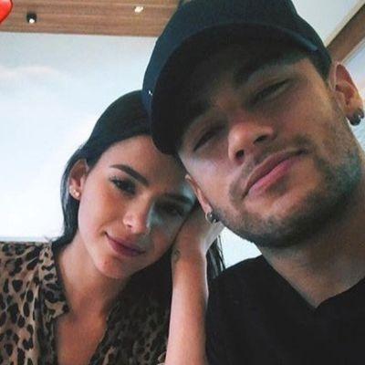 Neymar e Bruna Marquezine deixam hotel separados no RJ