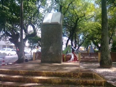 Praça virou dormitório para mendigos