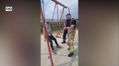 Bombeiros socorrem mulher entalada em balanço