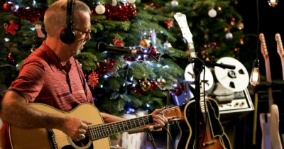 Veja Eric Clapton tocando White Christmas