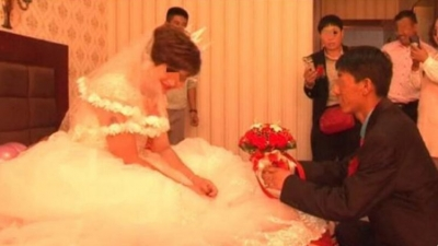 Homem fica chocado ao encontrar um vídeo de sua esposa se casando com outro home