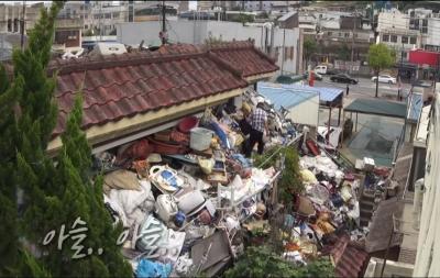 Homem passa 10 anos acumulando toneladas de lixo como herança para seu filho