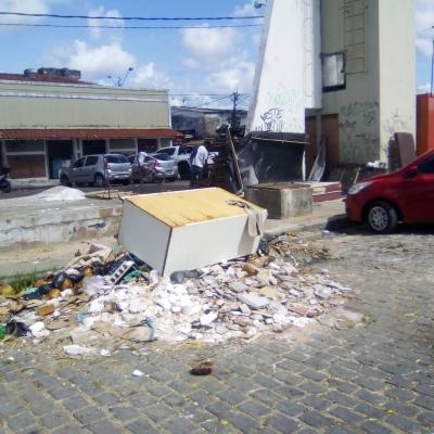 Lixo e entulhos na feira livre