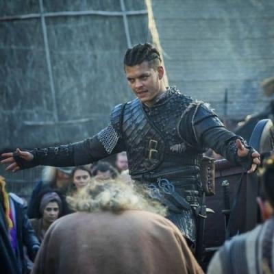Após 'Vikings', ator aparece loiro e vive criminoso dinamarquês que já foi preso