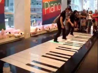 Dançando em um piano gigante de verdade