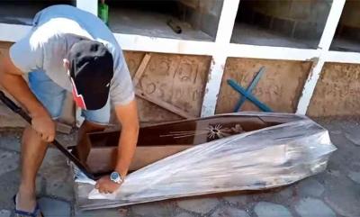 Vereador abre caixão com facão para provar que homem não morreu de COVID-19