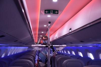 Robôs usam luz ultravioleta para desinfetar aviões contra a Covid-19