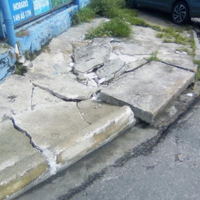 Buraco enorme na calçada