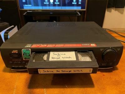 Mulher é acusada de crime por não devolver fita VHS em 1999