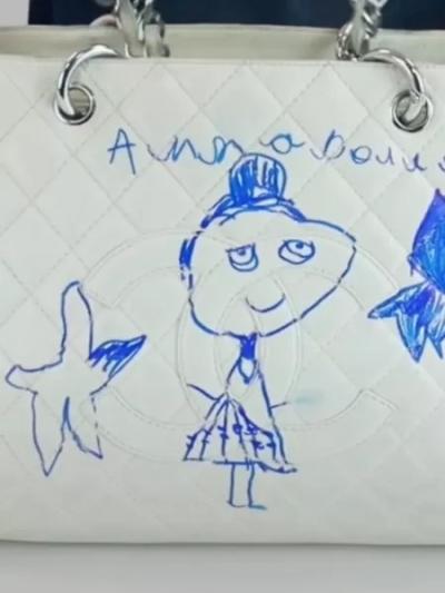 Menina de 5 anos faz desenho de caneta em bolsa de R$ 15 mil da mãe