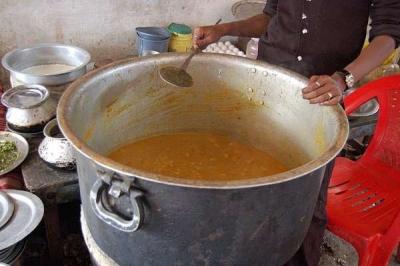 Chef morre após cair em caldeirão de sopa enquanto cozinhava