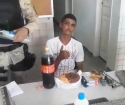 Jovem é preso no dia do aniversário de 18 anos e recebe festa surpresa da políci