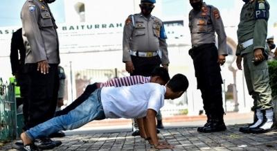 'Lista de castigos' na Indonésia para quem não usa máscara