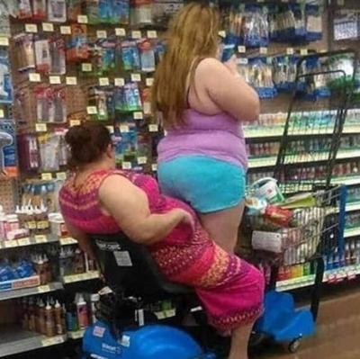Pessoas em momentos inusitados que só são vistas em supermercados